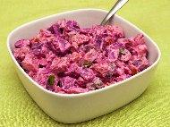 Рецепта Богата салата с червено цвекло, варени картофи, кисели краставички, и сос от майонеза, заквасена сметана, чесън и оцет